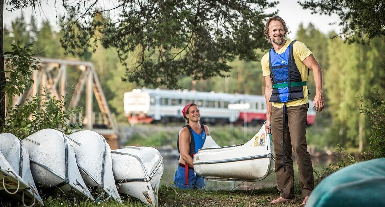 Två personer som sjösätter kanoter