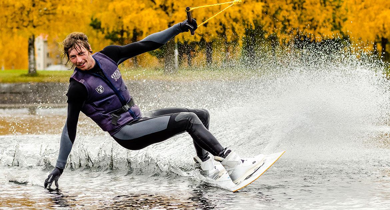 Simon på wakeboard