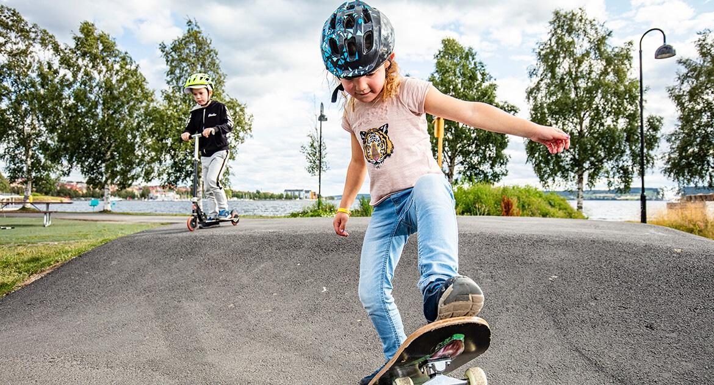 barn på skateboard
