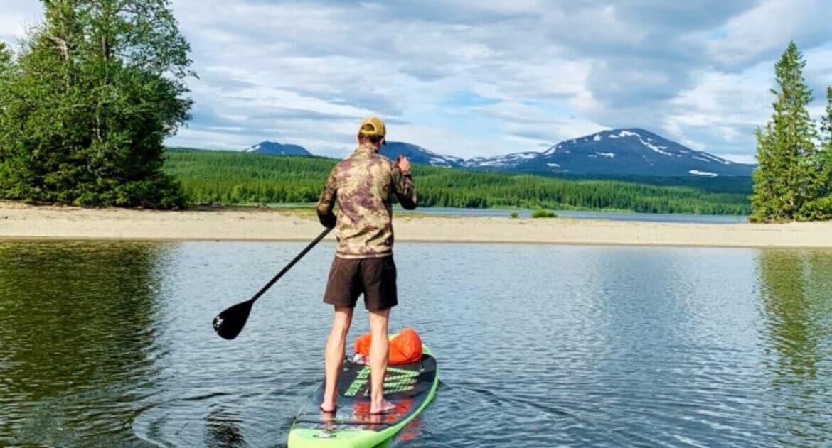 Person på stand up paddle board