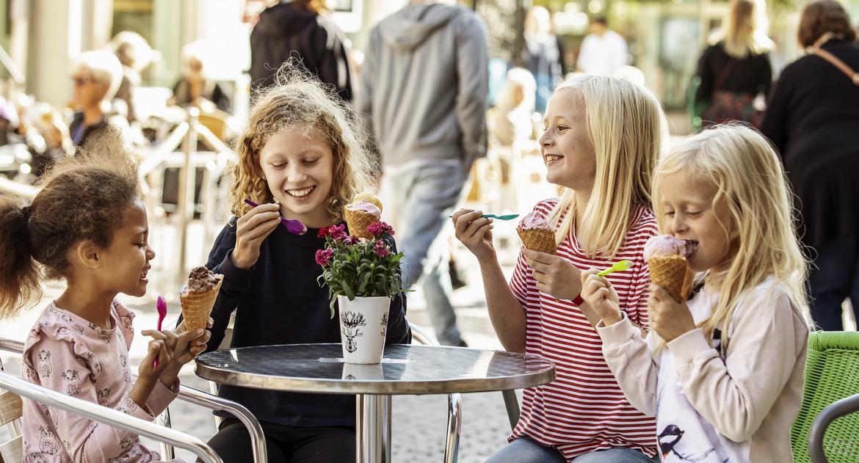 Barn som äter glass