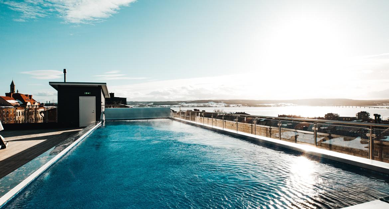 Terass med pool
