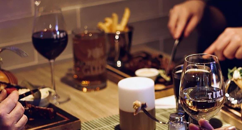 Bord med mat och dryck på restaurang Tiki