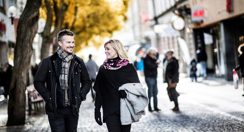 par som promenerar i stadsmiljö